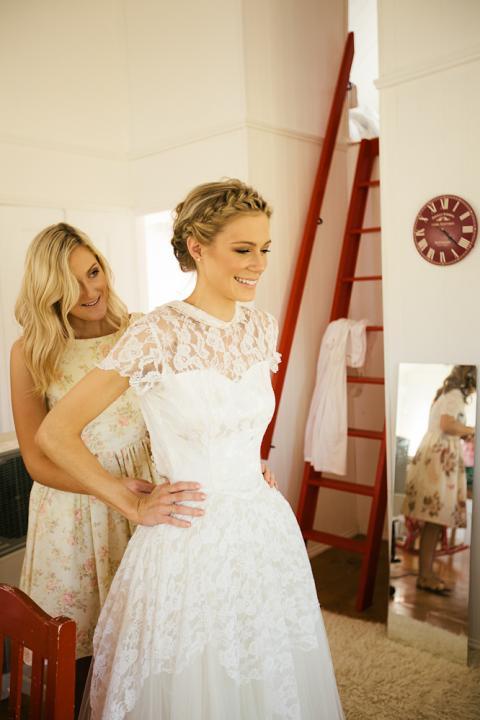 el vestido de la novia es original de de encaje chantilly con algunas pequeas a las mangas y la falda