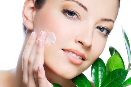 https://envidienmiboda.files.wordpress.com/2013/04/woman-applying-cream.jpg