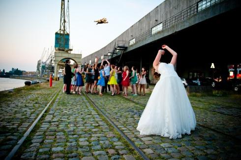 gatos voladores en vez de tirar el ramo de novia