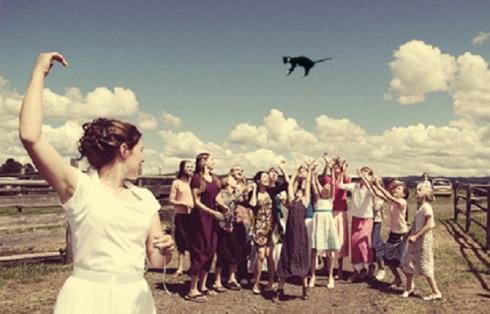 gatos voladores en vez de tirar el ramo de novia1