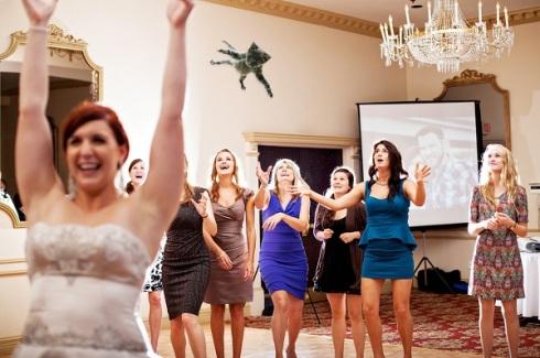 gatos voladores en vez de tirar el ramo de novia6
