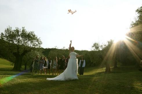 gatos voladores en vez de tirar el ramo de novias8