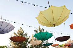Decoracion con paraguas en boda