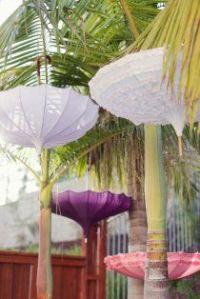 Decoracion con paraguas en boda 13