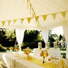 Decoracion de mesas en amarillo
