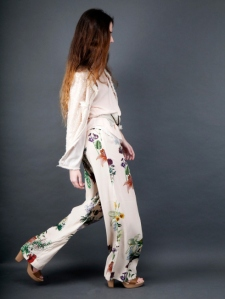pieza pantalon de moniquilla como look de invitada