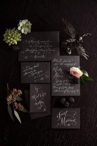 invitación manuscrita en papel negro