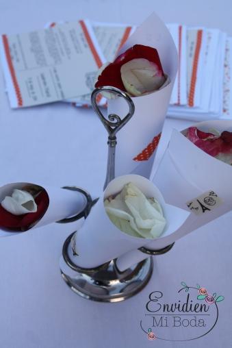 Conos de pétalos o cucuruchos con pétalos de estética viajera para bodas viajeras