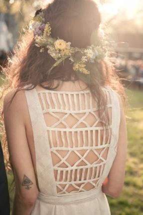 Peinados para novias con flores silvestres 10