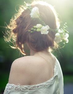 Peinados para novias con flores silvestres  corona de flores frescas