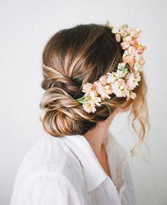 Peinados para novias con flores silvestres 6