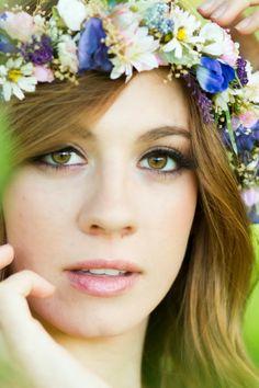 Peinados para novias con flores silvestres 7
