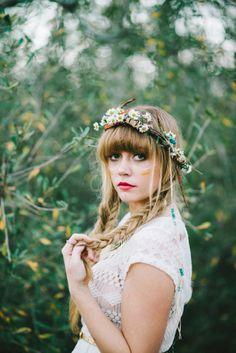 Peinados para novias con flores silvestres 8