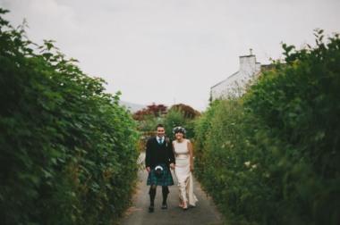 boda-informal-al-aire-libre-carpa-circo-novia-corona-de-flores-1