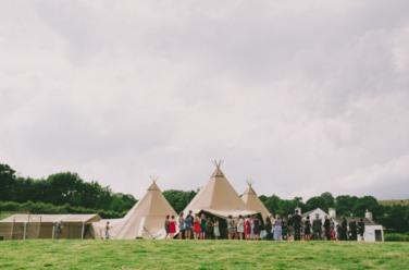 boda-informal-al-aire-libre-carpa-circo-novia-corona-de-flores-12