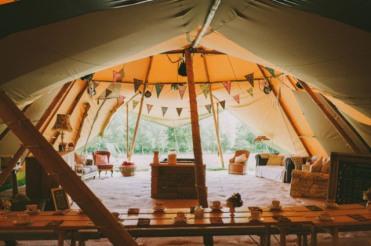 boda-informal-al-aire-libre-carpa-circo-novia-corona-de-flores-17