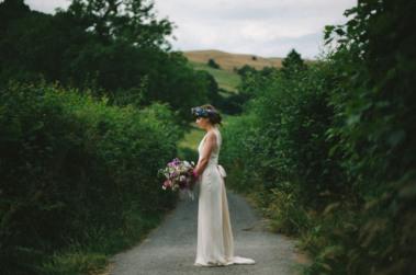 boda-informal-al-aire-libre-carpa-circo-novia-corona-de-flores-4