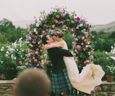 boda-informal-al-aire-libre-carpa-circo-novia-corona-de-flores-9
