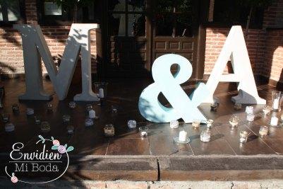letras de papel mache madera para bodas Decoracion Boda Original y romántica de la boda de Marta & Alberto por EnvidienMiBoda