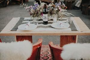 una boda muy autentica con mesa para dos