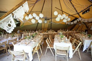 carpa boda decorada con pompones papel encaje y luces