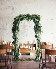 ceremonia civil con un arco lleno de flores