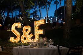decoración de boda con letras luminosas 2