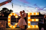 decoración de boda con letras luminosas 7