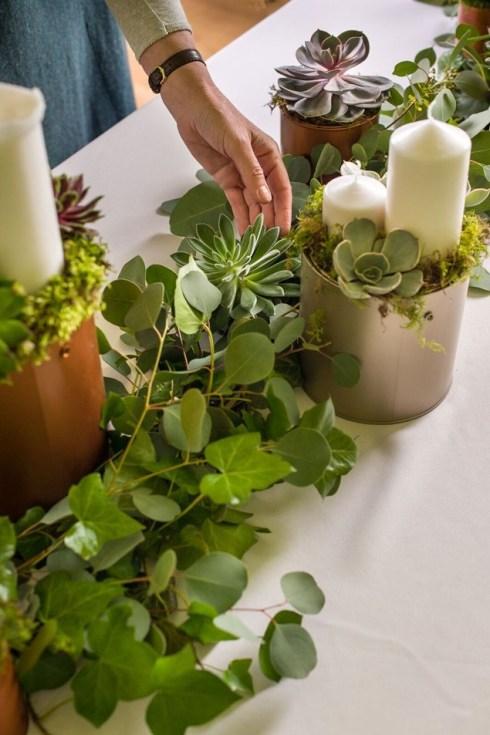 Cómo hacer una guirnalda de plantas y flores sencilla y elegante para poner la mesa bien bonita.2