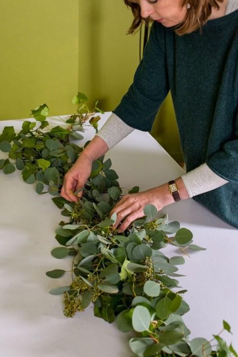 Cómo hacer una guirnalda de plantas y flores sencilla y elegante para poner la mesa bien bonita.4