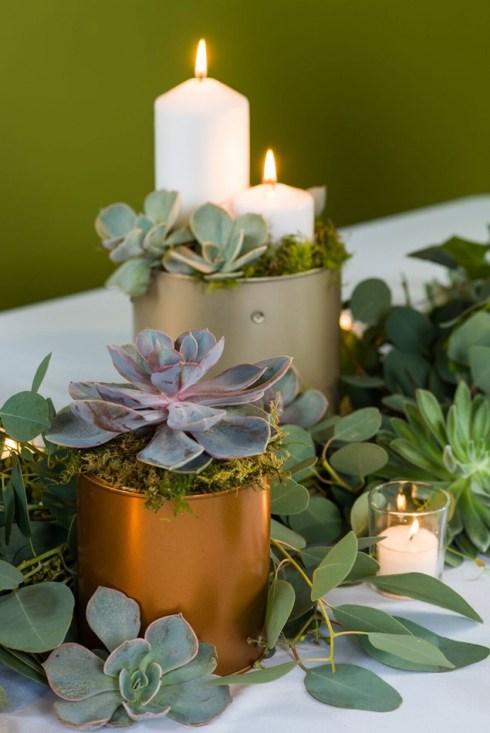 Cómo hacer una guirnalda de plantas y flores sencilla y elegante para poner la mesa bien bonita.5