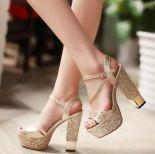 zapatos dorados invitada